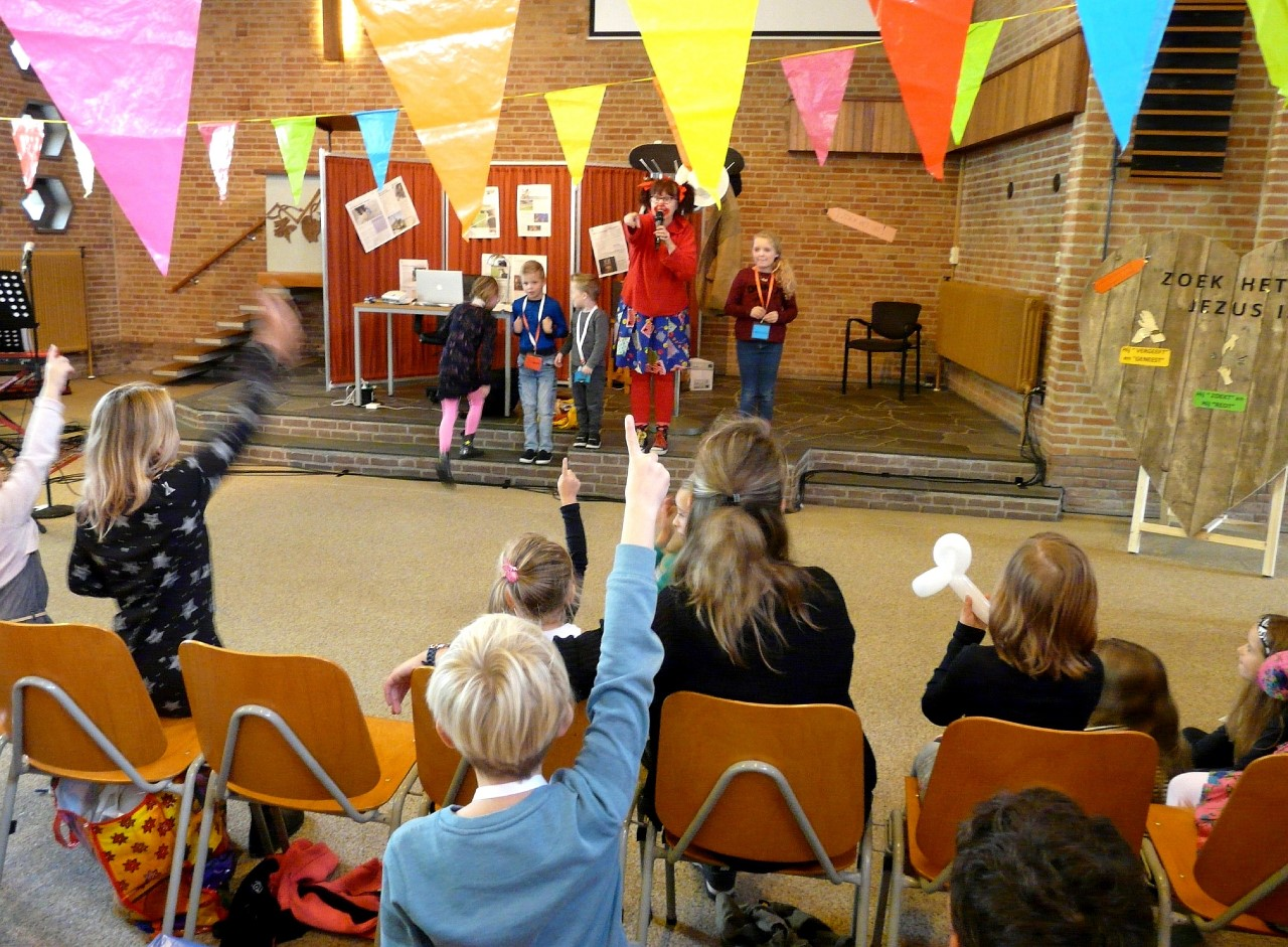 thumbnail_Klinkie boeit de kids bij VBW .jpg